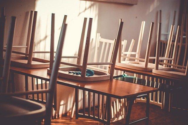 židle na stolech