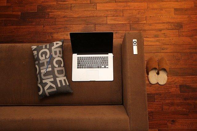 pc a polštář na gauči.jpg