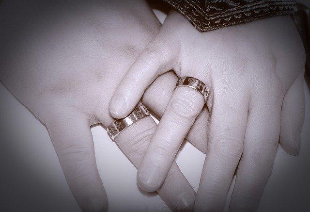 ruce novomanželů.jpg