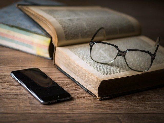 brýle, mobil a kniha.jpg