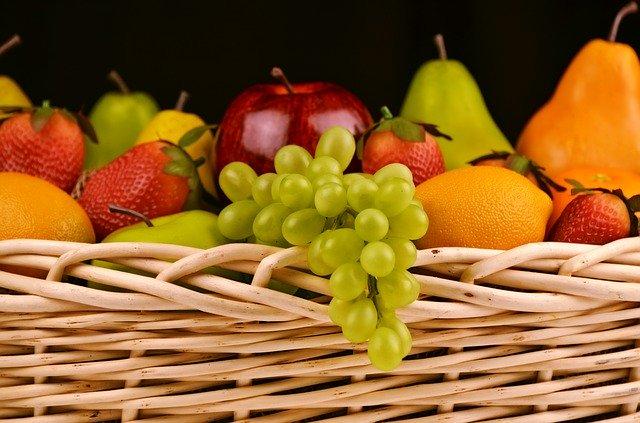 košík s ovocem a hrozny