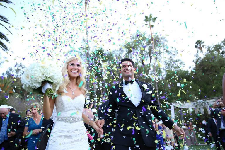 novomanželé, po kterých se hází ozdobné konfety